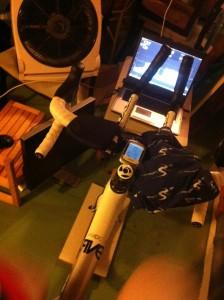 Cykel, dator med trainerroad och en fläkt som knappt räcker till. 19 grader var det enligt Garmin 500:an